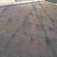 施工前の屋根 よく見ると屋根材が割れています