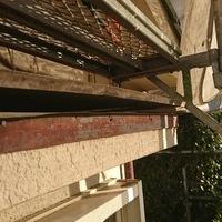 施工前 出窓の板金屋根が風により、破損してここから雨水が家の中に入っていました。