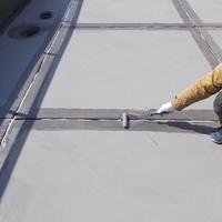 屋上防水の続きです! しっかりつなぎ目の処理して雨の侵入を防いでいきます!