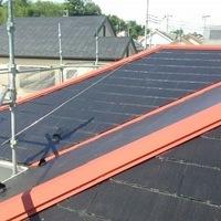 洗浄も終わり屋根の棟板金に錆び止めを塗っていきます。
