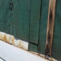 サイディングを剥がして止水していきます。 昔にリフォームした時に防水紙が届いていない状態で施工されてました。