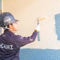 中塗りの作業風景です! 丁寧に塗り重ねていきます。 これは壁ですね!